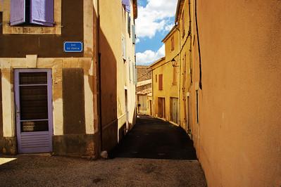 Saint_Saturnin_les_Apt_Curved_street_left_LAN1513