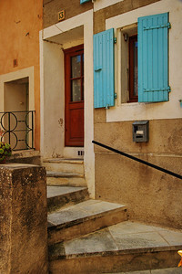 Saint_Saturnin_les_Apt_Front-steps_up_LAN1537