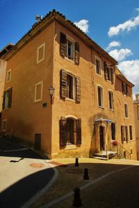 Saint_Saturnin_les_Apt_Corner_House_LAN1502
