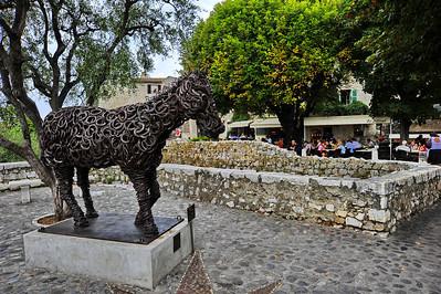 Horseshoed_horse_statue_D3S3608