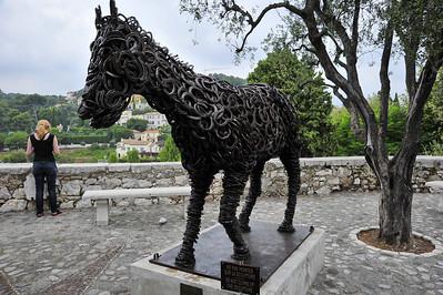 Horseshoed_horse_statue_D3S3606