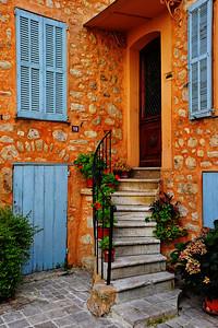 Tourrettes_Front-door_steps-up_D3S3917