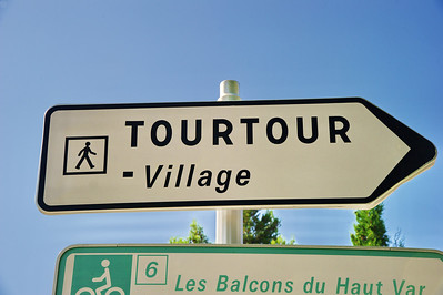 Tourtour direction sign indicates that you need to park outside of the village and walk in.