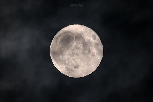 Superksiężyc zza chmur