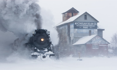 "Pierre Marquette 1225 ""Polar Express"" passes through Henderson, Michigan"