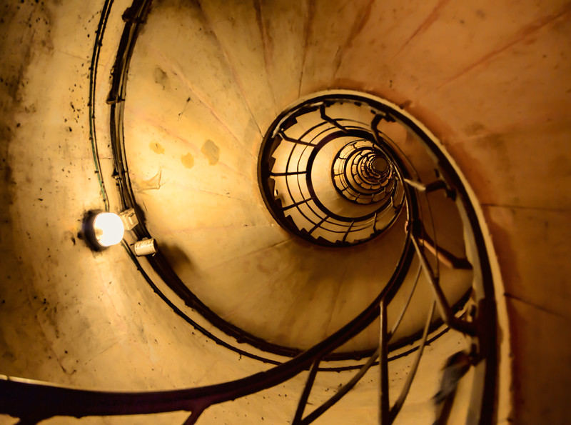 Stairs-in-the-Arc-De-Triomph-up