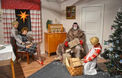 Modern (-ish) Finnish Christmas ..... (Looks Like the 1950's to Me)