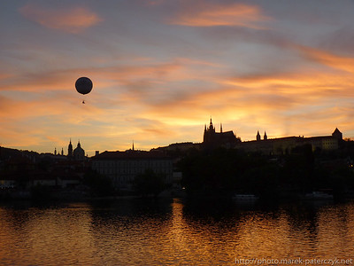 Zachód słońca na Wełtawą, w tle Praski Hrad, Praga