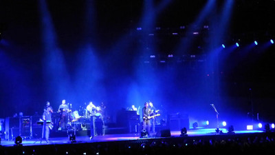Snow Patrol - Crack The Shutters (and having fun with the techie fixing the guitar thinghy…)