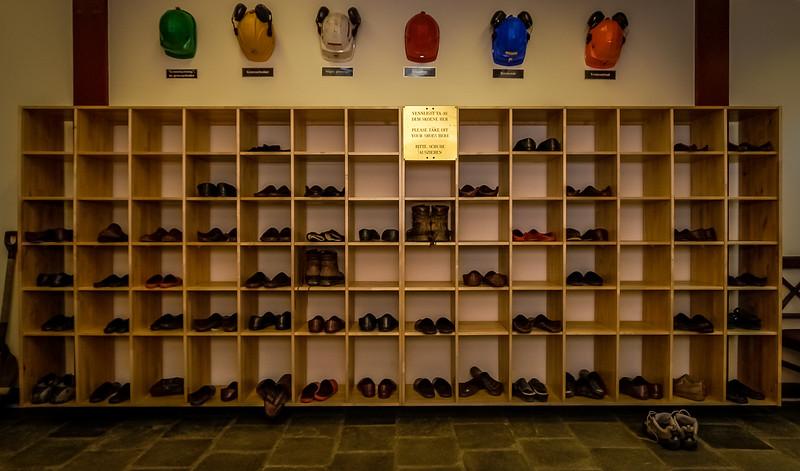 Vennligst ta av dem skoene her