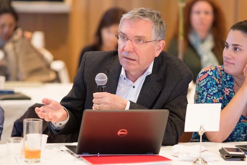 Dr. Hartmut Goldschmidt (University of Heidelberg – Heidelberg, German) fields a question.