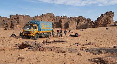 Zusammenpacken am Morgen im Camp 1, alle Taschen müssen in den Lastwagen