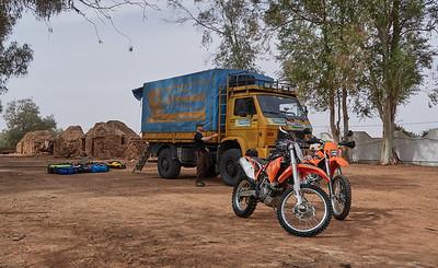 LKW, Gepäck und Töff stehen auf dem Campingplatz in Illizi bereit