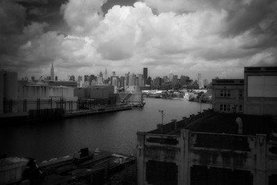newtown-creek-manhattan-skyline-bw