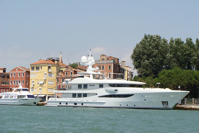 Here's another small boat that decided to swing by for a visit to Venice
