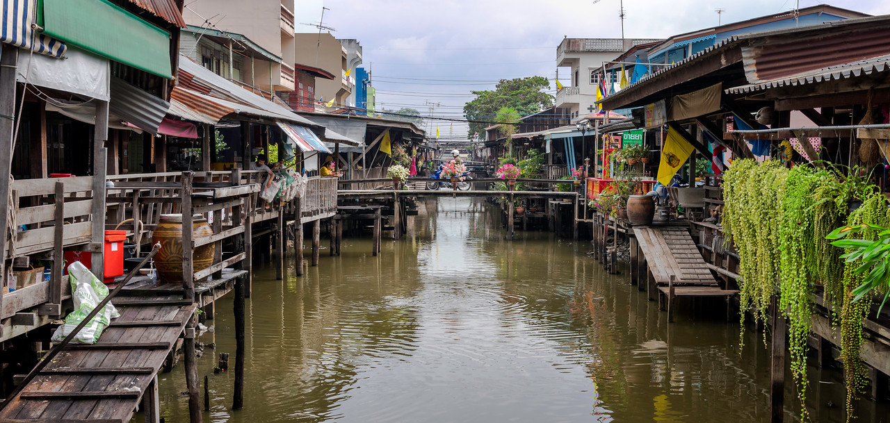 There are many floating markets...