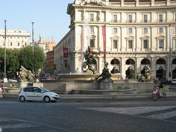 There are indeed lots of fountains in Rome | Rome, Italy