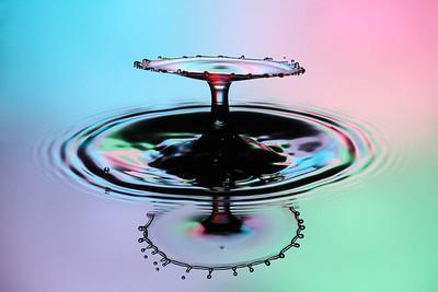 Gekleurde achtergrond door flitsers met kleurengels achter een diffuser