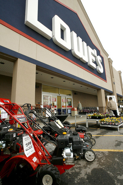 The Loweís store at the Tulsa Hills shopping center recently sold to Tulsa Estate Holdings LLC for $6.1 Million.