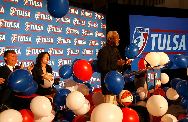 Balloons drop during the WNBA announced Tuesday that Tulsa has secured a womenís professional basketball team beginning in 2010.