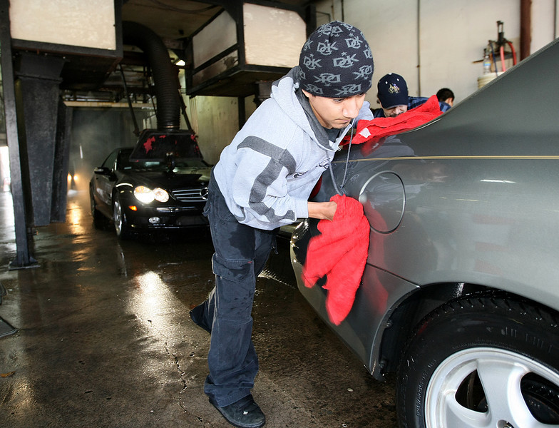 Everv Marcilino dreis off a car as it exits Red Carpet Car Wash on Penn and NW Expressway Monday. PHOTO BY MAIKE SABOLICH