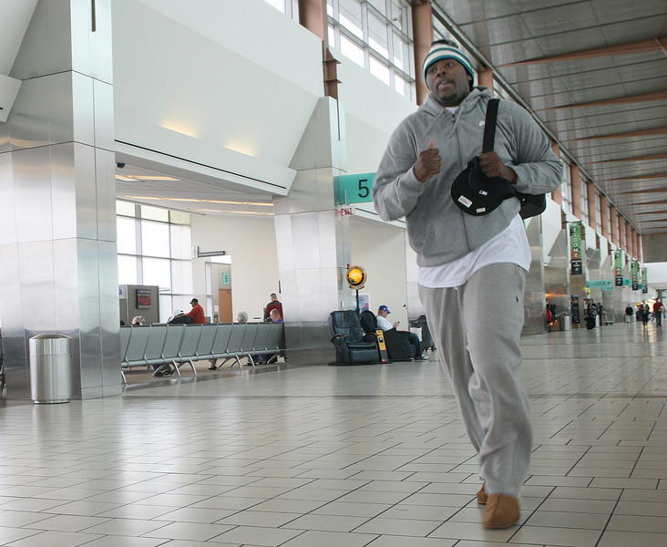 Tony Durant is running to make his flight to Chicago Tuesday at Will Rogers International Airport. PHOTO BY MAIKE SABOLICH