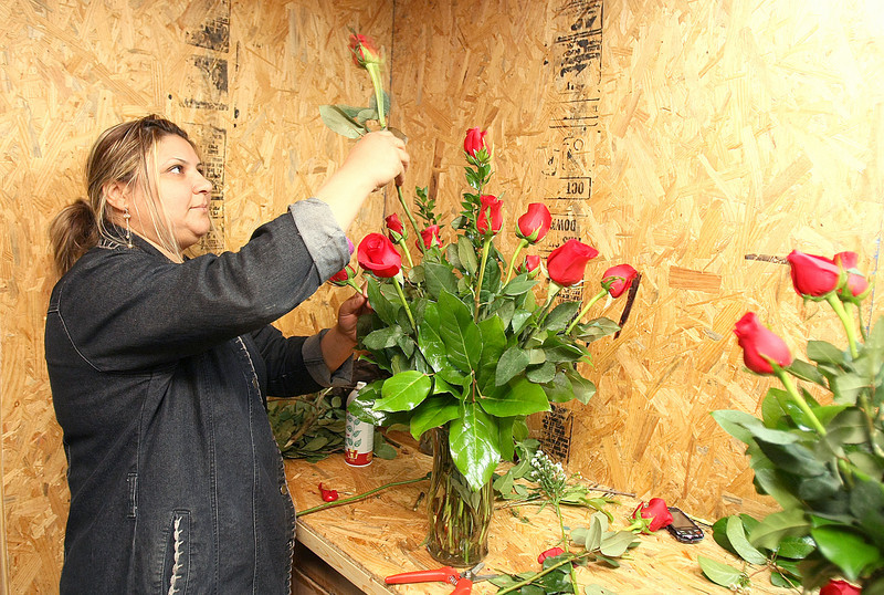 Fatin Hadi makes a bouquet of roses for Valentines Day Monday at Floral and Hardy. PHOTO BY MAIKE SABOLICH