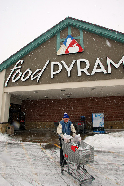 Braving the newest snow customers of a Tulsa Food Pyramid grocery store head home with supplies for the weekend.