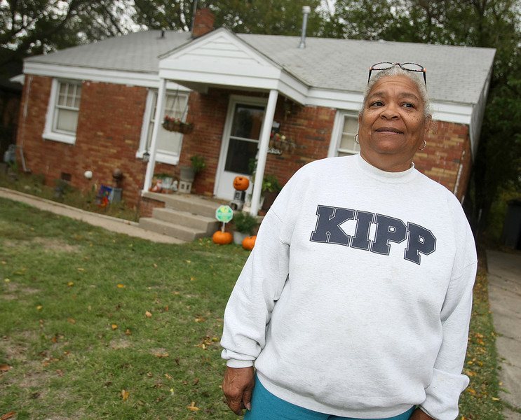 Patricia Wofford in front of the house she rents on NE 20th Street. PHOTO BY MAIKE SABOLICH