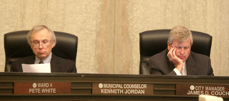 Kenneth Jordan and city manager James Couch at City Council meeting Tuesday morning. PHOTO BY MAIKE SABOLICH