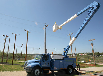 Bucket truck at Cross Timbers in Edmond. PHOTO BY MAIKE SABOLICH