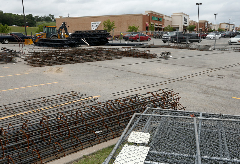 Work continues of the new Arizona Leather site at the Tulsa Hill Shopping Center.