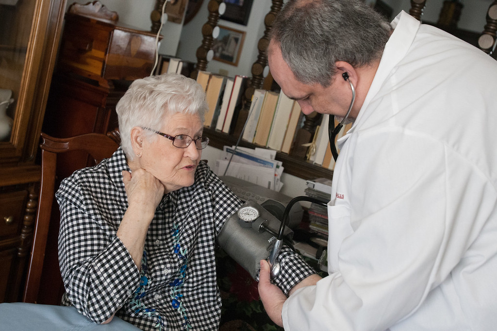 Helen Joslin getting a checkup from Dr. Joe Witten of Physician Housecalls.