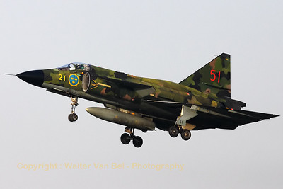 The Viggen, piloted by Niklas Sandström, on final at Lelystad. The Aviodrome museum at Lelystad in The Netherlands will be its new home from now on.
