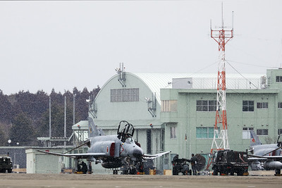 Phinally, a Phantom in the snow!! This JASDF F-4EJ-KAI (77-8395; cnM095) from 301 Hikotai (Frogs), is undergoing pre-flight checks on the apron at Hyakuri. The snow only lasted for about 5 minutes, but weather was really harsh!