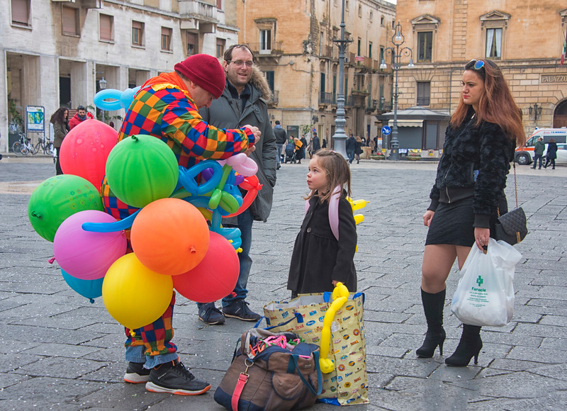 048--Balloon_man and girl-Lecce