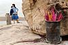 """Jeune couple venu brûler des encens près d'un rocher sacré de l'île bouddhique de Putuo Shan. L'île constitue l'un des lieux de """"résidence"""" de Guanyin, divinité censée aider les femmes dans leurs souhaits de maternité. Province du Zhejiang/Chine"""