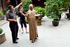 """Vieux moine bouddhiste de l'île de Putuo Shan en train de se déplacer tout en restant """"hermétique"""" au monde extérieur. Province du Zhejiang/Chine"""