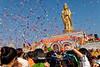 Lancer de confettis durant un meeting religieux sur l'île bouddhique de Putuo Shan. Province du Zhejiang/Chine