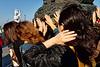 Groupe de femmes venu sur l'île bouddhique de Putuo Shan, à l'occasion des célébrations du Nirvana de Guanyin, en train de frotter leurs mains par superstition sur un encensoir géant. Guanyin, la divinité tutélaire de l'île, est censé aider les femmes dans leurs souhaits de maternité.Province du Zhejiang/Chine