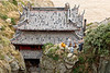 Moines bouddhistes en conversation au-dessus du petit temple de la grotte Fanyin sur l'île sacrée de Putuo Shan. Province du Zhejiang/Chine