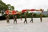 Groupe de militaires en poste sur l'île bouddhique de Putuo Shan répétant une danse du dragon en vue d'une représentation. Province du Zhejiang/Chine