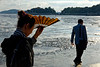 Couple de touristes pèlerins marchant sur une plage de l'île bouddhique de Putuo Shan. Province du Zhejiang/Chine