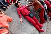 """Groupe de femmes se frottant à une pierre censée apporter bonne santé, longévité et fécondité sur l'île bouddhique de Putuo Shan. L'île constitue l'un des lieux de """"résidence"""" de Guanyin, divinité censée aider les femmes dans leurs souhaits de maternité. Province du Zhejiang/Chine"""