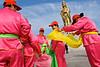 Groupe de femmes se préparant à executer une petite représentation de danse devant la statue géante de la divinité Guanyin, sur l'île bouddhique de Putuo Shan. Guanyin est censée aider les femmes dans leurs souhaits de maternité. Province du Zhejiang/Chine