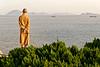 Réflexions solitaires d'un moine bouddhiste sur l'île sacrée de Putuo Shan. Province du Zhejiang/Chine