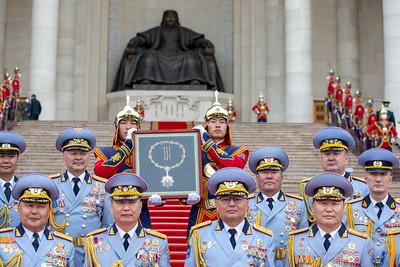 """2021 оны тавдугаар сарын 29. Монгол Улсад орчин үеийн Зэвсэгт хүчин байгуулагдсаны 100 жилийн ойг тохиолдуулан Монгол Улсын Ерөнхийлөгч Халтмаагийн Баттулга зарлиг гаргаж, Монгол Улсын төрийн дээд шагнал, тэргүүн зэргийн """"Чингис хаан"""" одонг Зэвсэгт хүчний нийт бие бүрэлдэхүүнд хүртээлээ.  ГЭРЭЛ ЗУРГИЙГ Б.БЯМБА-ОЧИР/MPA"""