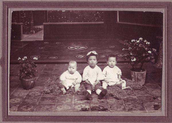 """Old photo of Kim and sisters"""