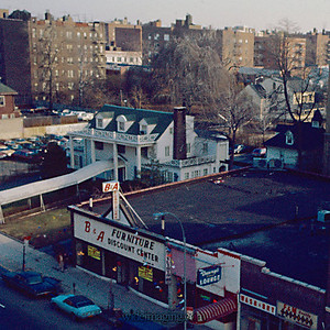December 1973, detail from: http://www.wideimaging.com/Queens/Flushing-Archives/NorthernBlvd2/181969845_ZZLpA-L-16.jpg