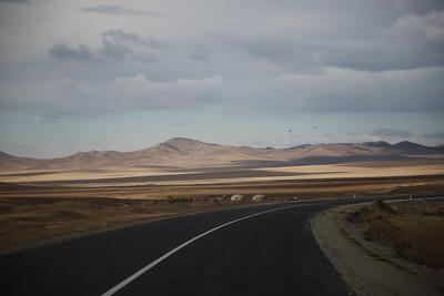 2020 оны арваннэгдүгээр сарын 6. Дархан-Улаанбаатар чиглэлийн замын ажил нийт таван багцаас бүрдэж байгаа бөгөөд 204.11 км замын 135.19 км нь хатуу хучилттай /үүнээс 65.03 км нь шинээр баригдсан бол 70.16 км нь хуучин хучилтаар/ 68.92 км-ийг нь цементээр бэхжүүлэн буталсан чулуун суурьтайгаар 2021 оны авто замын барилгын ажил эхлэх хүртэл түр нээлээ. Хуучин зам нь 6 метрийн өргөнтэй бол одоо тавьж буй зам 9 метрийн өргөнтэй. Далангаас дээших суурь бүтэц нь 80 см зузаантай. Нийт жин нь 44 тонн хүртэл буюу нэг тэнхлэг дээрээ 11 тонн хүртэл жинтэй тээврийн хэрэгсэл зорчих боломжтой.  Дарханы замаар хоногт 5,800 орчим автомашин зорчдог бол оргил ачааллын үед буюу Цагаан сар, Наадмын үеэр хоногт 12,000 хүртэл тооны тээврийн хэрэгсэл зорчдог байна. ГЭРЭЛ ЗУРГИЙГ Д.ЗАНДАНБАТ/MPA